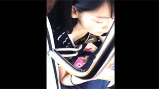 胸チラ_乳首ポロリ_女子大生_電車_盗撮画像01