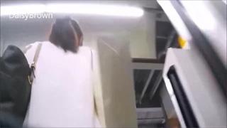 痴漢_電車逆さ撮り_パンツ_手マン_盗撮画像06