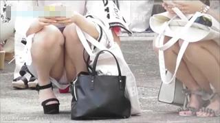 座りパンチラ_イベント会場_ギャル_太股_盗撮画像01