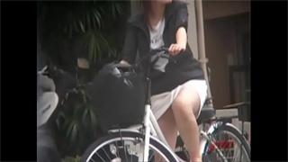 パンチラ_自転車_お姉さん_ギャル_OL_盗撮画像01