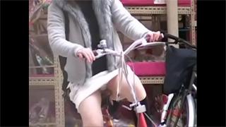 パンチラ_自転車_お姉さん_ギャル_OL_盗撮画像05
