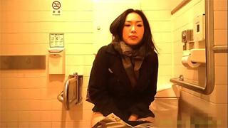 洋式トイレ_オシッコ_お姉さん_お尻_盗撮画像03