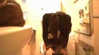 多目的トイレ_洋式_オシッコ_お姉さん_盗撮画像03