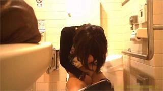 多目的トイレ_洋式_オシッコ_お姉さん_盗撮画像04
