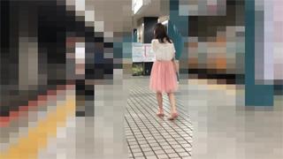 駅ホーム_パンチラ_ピンクパンツ_素人_盗撮画像01