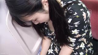 胸チラ_乳首ポロリ_美女_黒髪_盗撮画像06