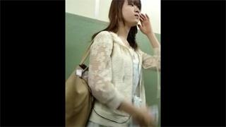 女子大生_スカート捲り_パンチラ_素人_盗撮画像01