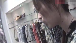 胸チラ_乳首ポロリ_店員_おっぱい_盗撮画像01