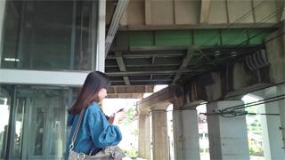 スカート捲り_パンチラ_エスカレーター_盗撮画像01